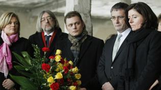Politiker an der Gedenkstaette des ehemaligen KZ Osthofen