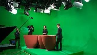 Die Moderatoren Stephanie Haiber und Michael Saunders im grünen Nachrichtenstudio