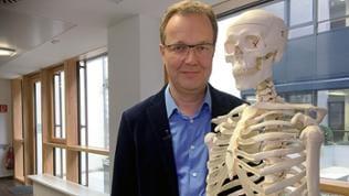 Dr. Lothar Zimmermann mit Skelett