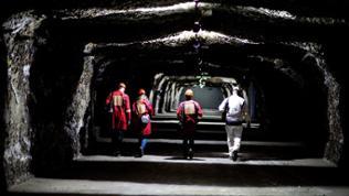 Drei Personen in einem Salzbergwerk