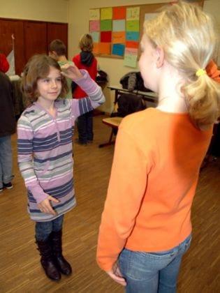 Für die kleine Lorena ein großer Tag: zum ersten Mal geht sie mit zwei Händen in die Schule und macht bei den Übungen in der Klasse begeistert mit.