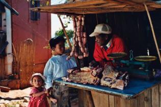 Einfacher Stand mit Fleischwaren und Kunden