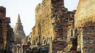 Ruinen mit Pagode und Skulpturen