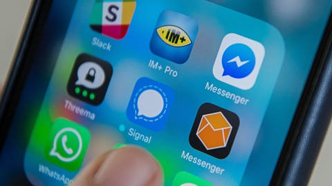 Messengerdienst-App auf einem Handy  (Foto: SWR)