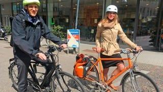 Prof. Jochen Eckart und Prof. Jana Heimel testen das Radnetz in Karlsruhe. (Foto: SWR)