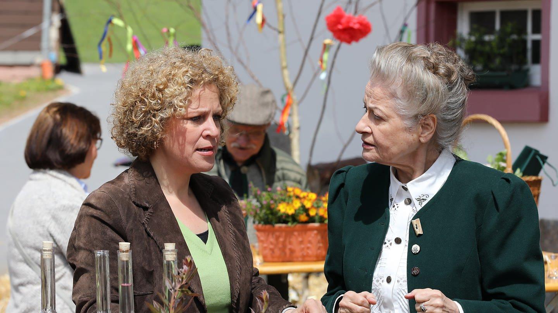 Bea und Johanna vor dem Hofladen, es ist festlich dekoriert (Foto: SWR, Johannes Krieg)