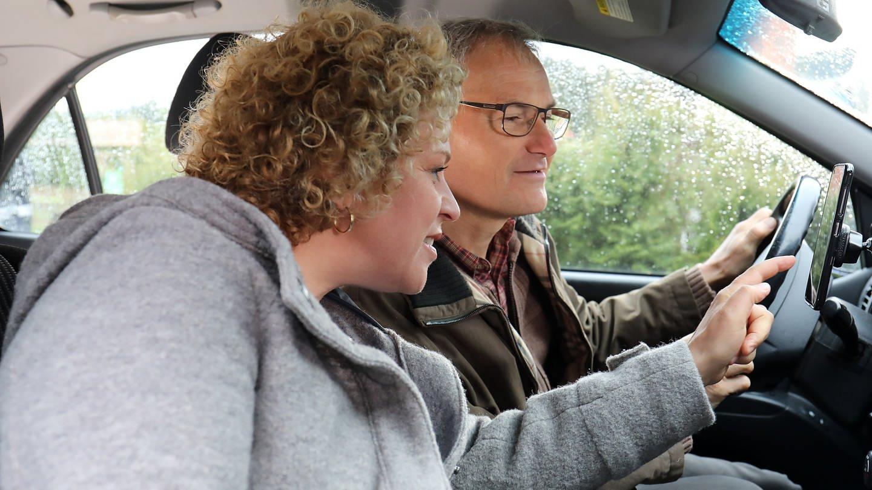Bea und Karl sitzen im Auto und agieren mit der Navi-App (Foto: SWR, Johannes Krieg)