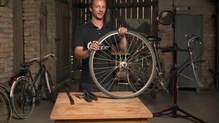 Andreas Kohlmeier repariert in der Scheune Fahrräder (Foto: SWR)