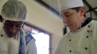 Ralf Herrgott, Spitzenkoch, und ein weiterer Koch in der Restaurantküche (Foto: SWR)