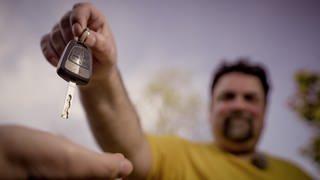 Ein Mann gibt seine Autoschlüssel ab. (Foto: SWR)