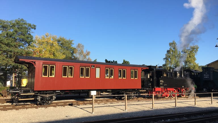 Die T3 930 mit restauriertem zweiachsigem Personenwagen der königlich württembergischen Staats-Eisenbahnen. (Foto: SWR, SWR - Roland Altenburger)