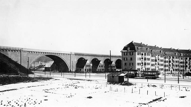 Gäubahn-Überführung und Straßenbahn an der Nordbahnhof-Straße in Stuttgart. Rechts Eisenbahner-Wohnungen. (Sammlung des Arbeitskreises Eisenbahn-Historie Württemberg) (Foto: SWR)