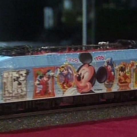 Anlässlich des 70. Geburtstages der Mickymaus wurde eine Echte und eine Modelleisenbahnlok gebaut. (Foto: SWR, SWR -)