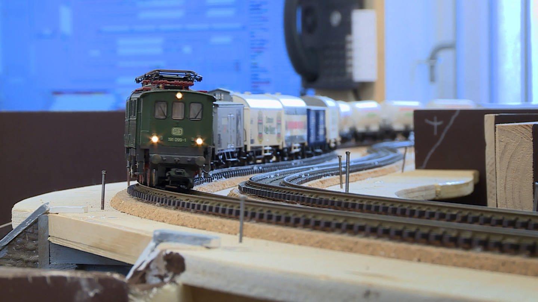 In Kurven wurde das Märklin-Gleis mit einer Überhöhung verlegt. Wie beim Vorbild. (Foto: SWR, Anna Neumann)