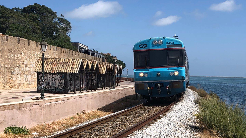 Die Einfahrt in Faro: der Zug fährt dicht an der Lagune entlang. Auf der anderen Seite die Stadtmauer der Altstadt. (Foto: SWR, Kirsten Ruppel)