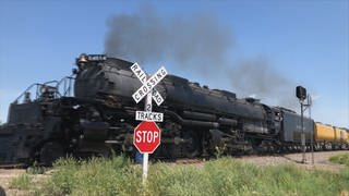 Die aus Anlaß des 150 jährigen Jubiläums der Transkontinental Railway restaurierte Big Boy Lokomotive unterwegs durch Nebraska, USA. (Foto: SWR, LookFilm / Claus Räfle)
