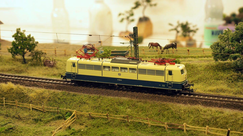 Eine Roco Lok Baureihe 151 der DB steht auf einem FREModul im Keller von Olaf Fröhlich. (Foto: SWR, Ildico Wille)