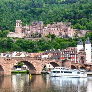 Blick auf Neckar, Alte Brücke und Schloss in Heidelberg (Foto: SWR)