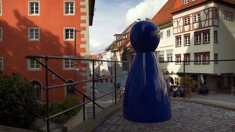 Blauer Spielkegel in der Ravensburger Innenstadt (Foto: SWR)