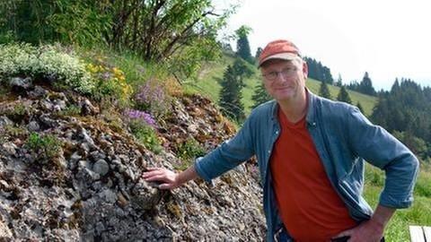 Moderator Sven Plöger an einem typischen Nagelfluh Felsen stehend (Foto: SWR, SWR -)