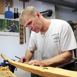 Schreinermeister Horst Perk aus Weibern in der Eifel ist bei der Herstellung eines Recurvebogens sehr geübt. (Foto: SWR, SWR -)