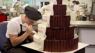 Ein Konditor verziert eine Torte (Foto: SWR, SWR -)