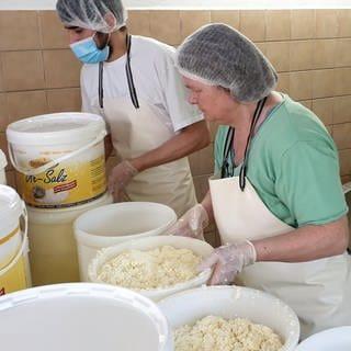 Mann und Frau stellen Käse her (Foto: SWR)