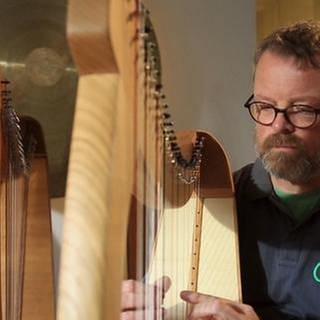 Harfenbauer probiert ein neues Instrument aus (Foto: SWR, SWR -)