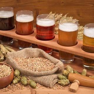 Verschiedene Biersorten steehen in Gläsern in einer Holzhalterung. (Foto: Getty Images, Thinkstock -)