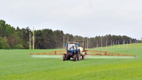 Traktor versprüht Insektizid (Foto: Colourbox, Foto: Colourbox.de -)