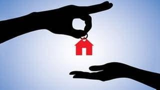 Eine Hand übergibt einen Hausschlüssel einer anderen Hand (Foto: Colourbox, Foto: Colourbox.de -)