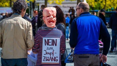 Impfgegner beteiligen sich im Mai an einer Protestaktion gegen Corona-Schutzmaߟnahmen. (Foto: dpa Bildfunk, Picture Alliance)