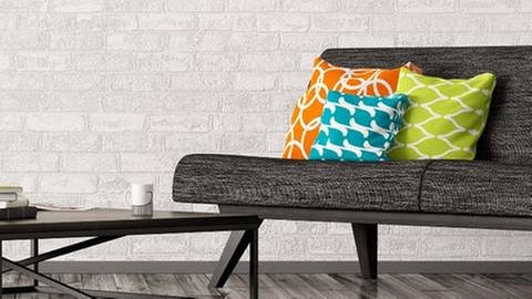 Ein graues Sofa mit bunten Kissen (Foto: Getty Images, Thinkstock -)