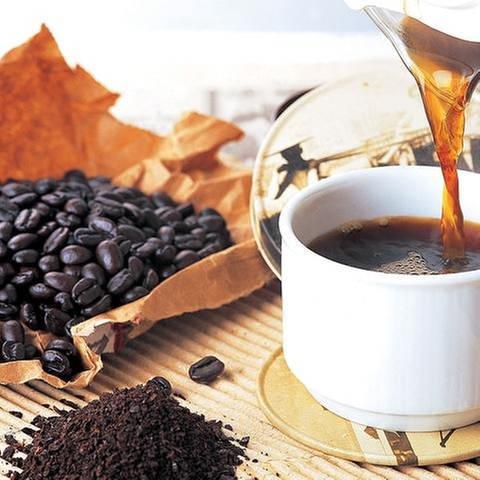 Eine Tasse mit Kaffee daneben Kaffeebohnen (Foto: Getty Images, Thinkstock -)