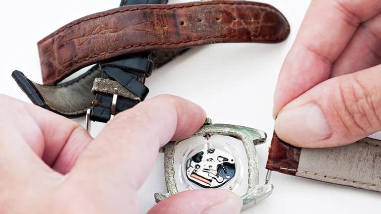 Armbänder werden an eine Uhr gemacht (Foto: Colourbox, Foto: Colourbox.de -)