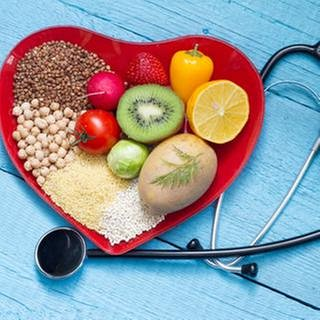 Ein Teller mit Obst und Gemüse, daneben ein Stethoskop. (Foto: Getty Images, Thinkstock -)