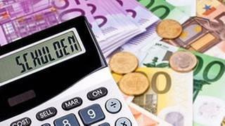 Schulden auf einem Taschenrechner im Hintergrund Euroscheine (Foto: Colourbox, Foto: Colourbox.de -)