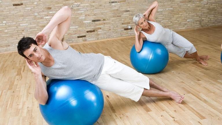 Mann und Frau machen eine Fitnessübung auf einem Ball (Foto: Colourbox, Foto: Colourbox.de - Martin Kierstein)