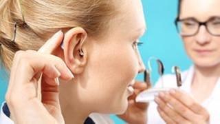 Frau kriegt ein passendes Hörgerät von einer Ärztin (Foto: Getty Images, Thinkstock -)