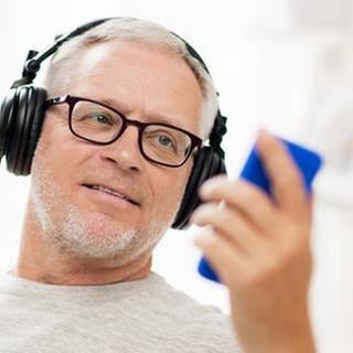 Mann mit Smartphone und Kopfhörern (Foto: Colourbox, Foto: Colourbox.de - lev dolgachov)