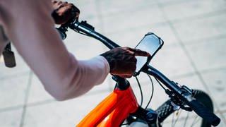 Navigation-beim-Fahrradfahren-mit-App (Foto: Imago, IMAGO / Westend61)