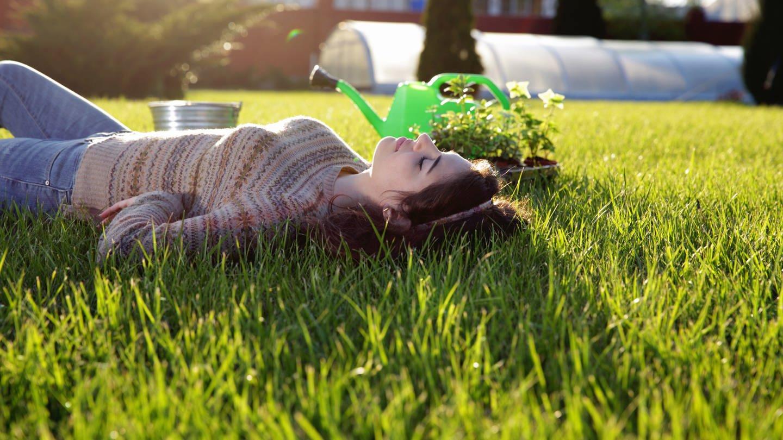 Frau liegt im Rasen (Foto: Colourbox)