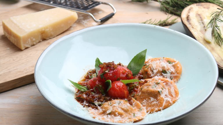 Gemüse-Teigtaschen mit Tomatensoße (Foto: SWR, SWR -)
