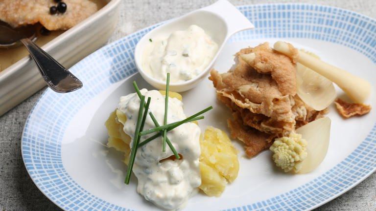 Marinierter Bratfisch mit Pellkartoffeln und Sauce Tartare (Foto: SWR, SWR -)