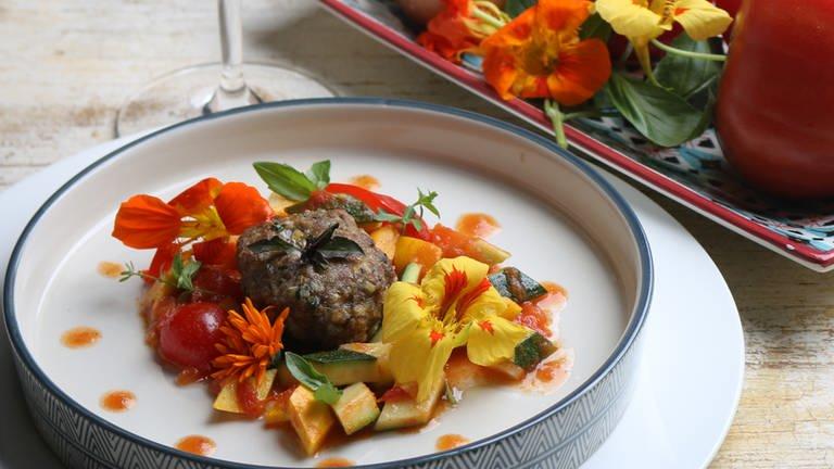 Gefüllte Basilikum-Fleischküchle mit sommerlichem Pfannengemüse (Foto: SWR, SWR -)