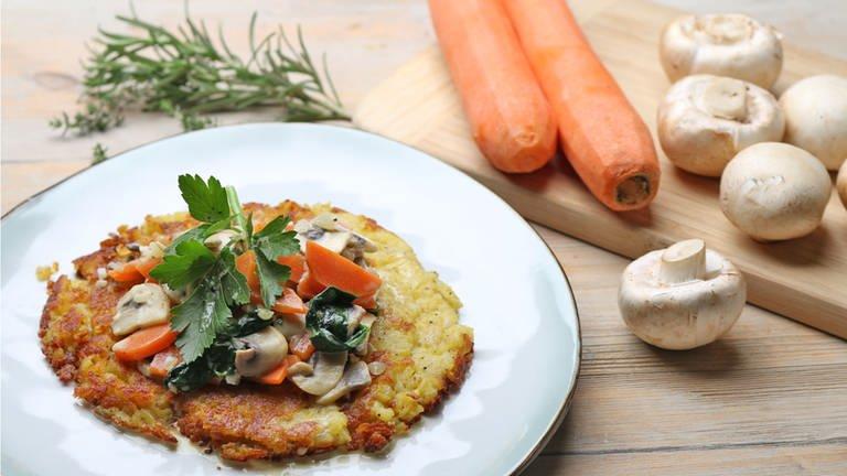 Kartoffelrösti mit Rahmgemüse und Bergkäse (Foto: SWR, SWR -)