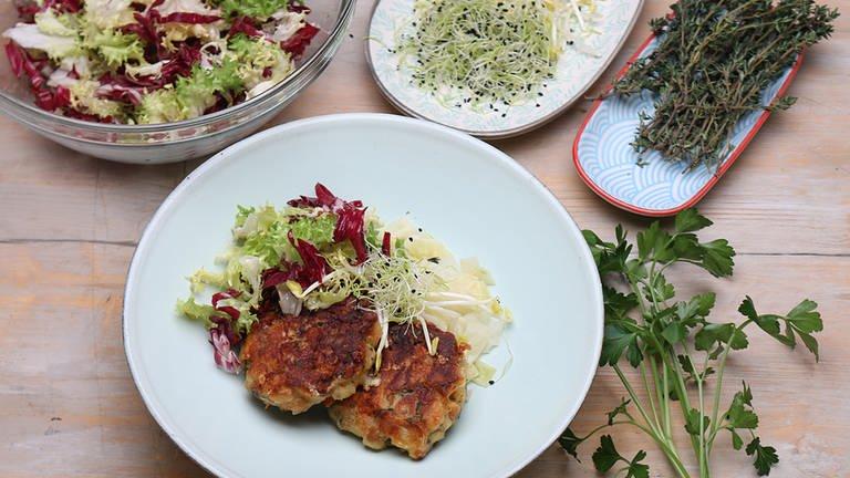 Gebratene Kaspressknödel auf glasiertem Spitzkohl mit Friseesalat (Foto: SWR, SWR -)