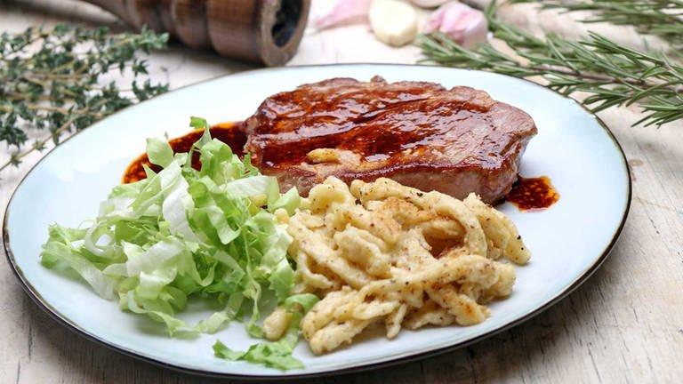 Mariniertes Schweinesteak mit Rotweinsoße (Foto: SWR, SWR -)