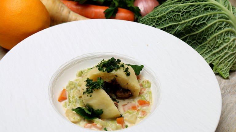 Gefüllte Kartoffelklöße mit Maronen und Gemüseragout (Foto: SWR, SWR -)