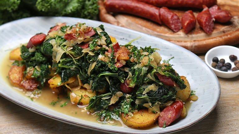 Grünkohl mit Mettwürstchen und Bratkartoffeln (Foto: SWR, SWR -)